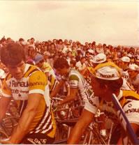 Course cycliste en Bretagne dans les années 80. (photo prise par mes soins quand j'avais une dizaine d'années).