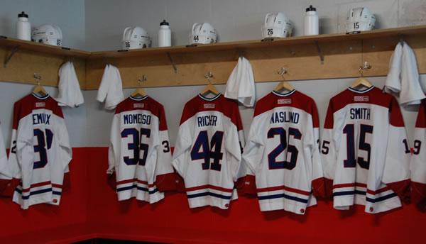 Dans le vestiaire des canadiens de Montréal à la mi-temps du match décisif des séries finales contre les Nordiques de Québec, comme si vous y étiez.