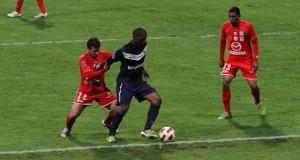 Yannick Yenga couvre son ballon.