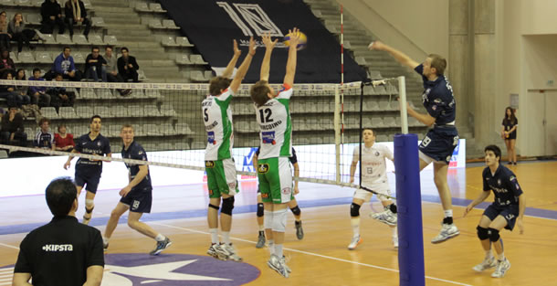 Attaque du finlandais du Paris Volley, Mikko Oivanen.