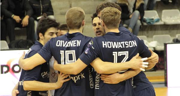 Equipe du Paris Volley unie autour d'Oivanen et Howatson.