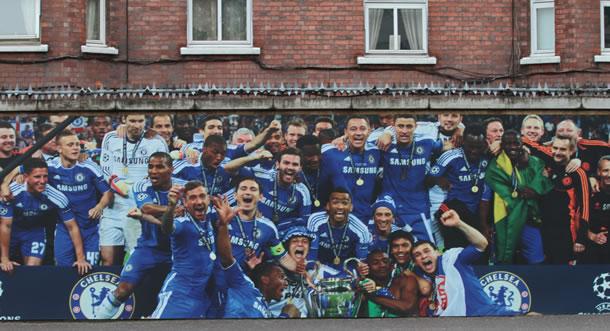 Photo à l'entrée du stade célébrant le titre européen de 2012.