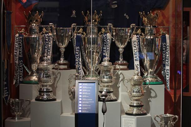 La vitrine à trophées du club avec notamment ses 2 Coupes des Coupes et 3 coupes de Champion d'Angleterre.