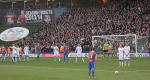 Le match se joue à guichet fermé et les tribunes sont pleines à craquer.