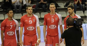 Equipe de l'As Cannes volley et sa tenue rouge.