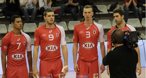 Equipe de l'As Cannes volley et sa tenue rouge.