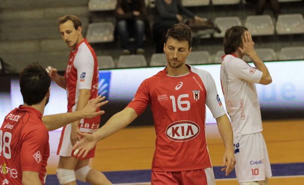 Nicolas Marechal avec, en fond, le libéro Pascal Ragondet et sa tenue blanche.
