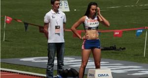 Farah Clerc se concentre avant le départ du 400m haies féminin.