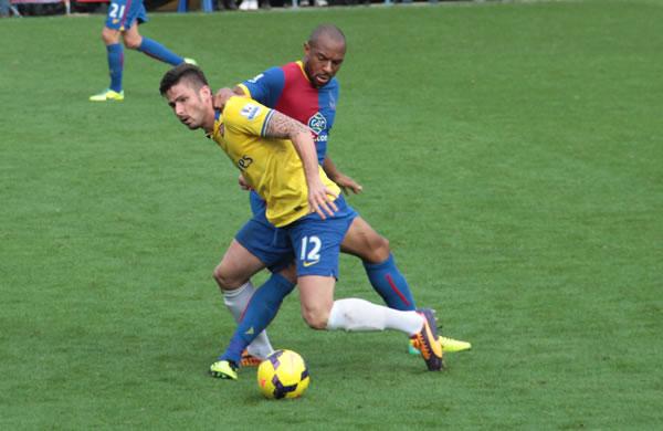 Lutte pour le ballon entre le français Giroud et le défenseur central Danny Gabbidon.