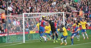 Action dangereuse sur le but d'Arsenal.