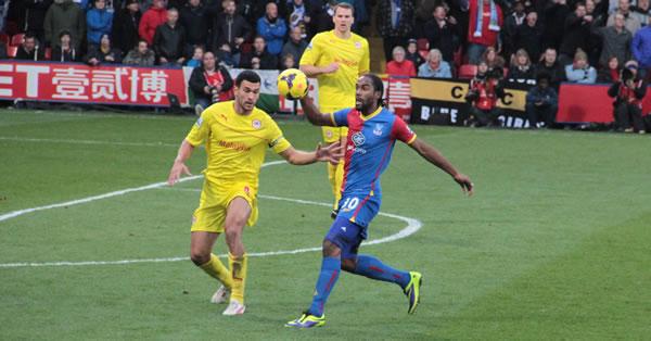 L'avant centre de Crystal Palace Cameron Jerome, essaie de contrôler la balle.
