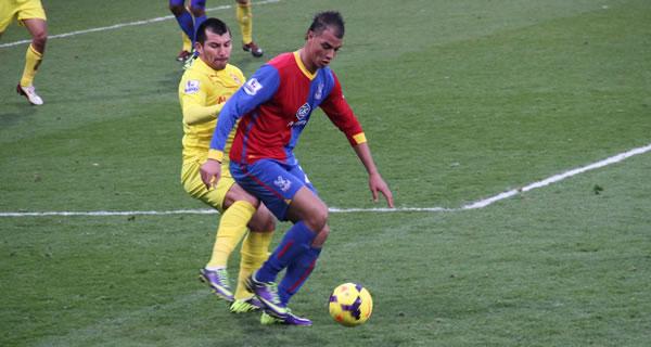 Marouane Chamakh protège son ballon de Gary Medel.