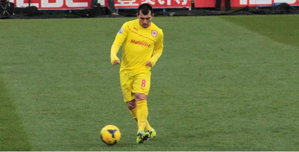 Le chilien Gary Medel (Cardiff City FC) à l'échauffement.