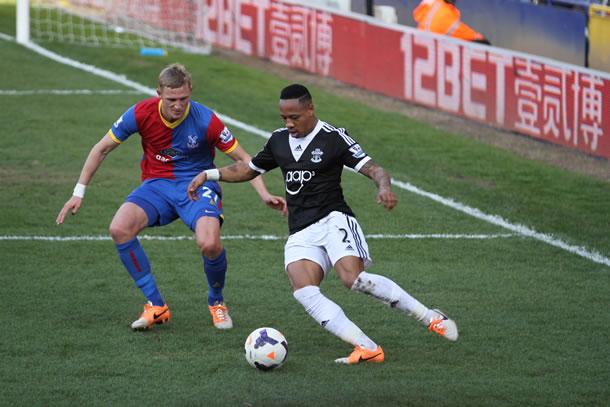 Dan Moxey défend sur un joueur formé à Crystal Palace, Nathaniel Clyne.