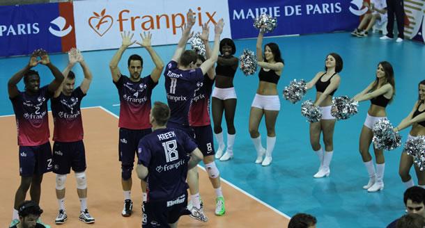 Présentation des joueurs du Paris Volley sous le regard des Dolls.
