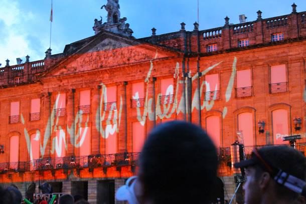 Les monuments de Saint Jacques de Compostelle aux couleurs de la Vuelta 2014 (photo de Laura Rodriguez)