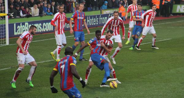 Wilfried Zaha met le feu à la défense de Stoke City.