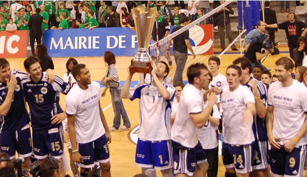 Hubert sous les couleurs de Paris brandissant le trophée de champion de France en 2009.