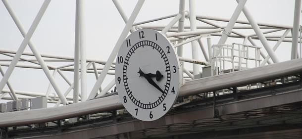 La fameuse horloge réinstallée dans l'Emirate Stadium.