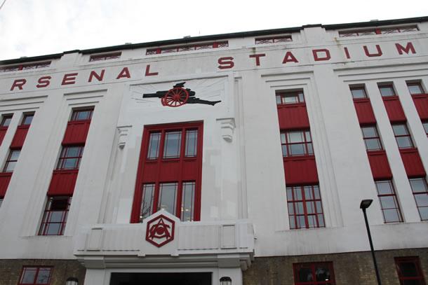 Le fameux East Stand avec son canon sculpté dans sa façade.