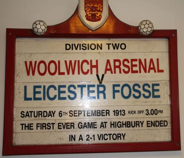 Plaque présentant ce qui fût le tout premier match du club qui s'appelait encore Woolwich Arsenal en 1913.