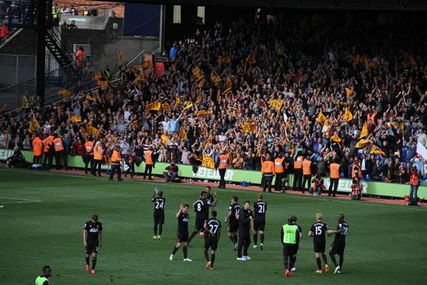 Les joueurs de Hull City, victorieux saluent leurs supporters.