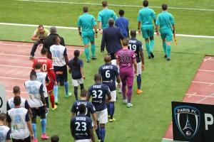 Entrée des équipes sur le terrain lors de la rencontre Paris FC - Le Havre.