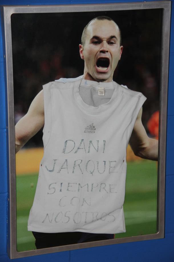 Andres Iniesta alors qu'il vient de marquer le but décisif en finale de Coupe du Monde rend hommage à Daniel Jarque. La classe.