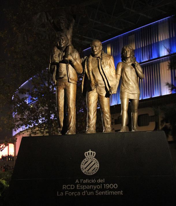 """Statue rendant hommage aux supporters de l'Espanyol à l'entrée du stade """"la força d'un sentiment""""."""