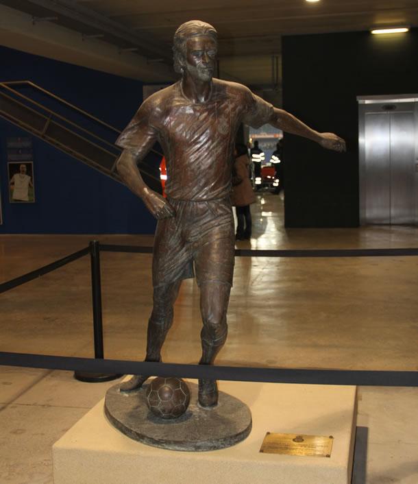 Statue de Daniel Jarque, porte 21 du stade.